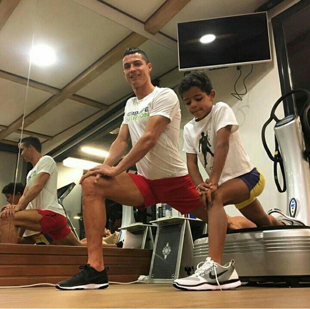 Khám phá cách dạy con của Ronaldo và Messi: Người khổ luyện con thành ngôi sao, kẻ lại cho con sống theo bản năng - Ảnh 2.