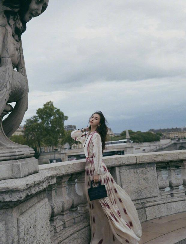 2 nàng thơ xứ Trung sang Paris dự sự kiện: Angela Baby đẹp xuất sắc, lập tức biến đồng nghiệp thành mắc áo di động - Ảnh 1.