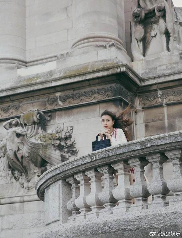 2 nàng thơ xứ Trung sang Paris dự sự kiện: Angela Baby đẹp xuất sắc, lập tức biến đồng nghiệp thành mắc áo di động - Ảnh 3.