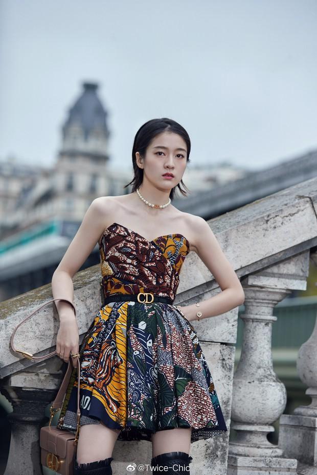 2 nàng thơ xứ Trung sang Paris dự sự kiện: Angela Baby đẹp xuất sắc, lập tức biến đồng nghiệp thành mắc áo di động - Ảnh 7.