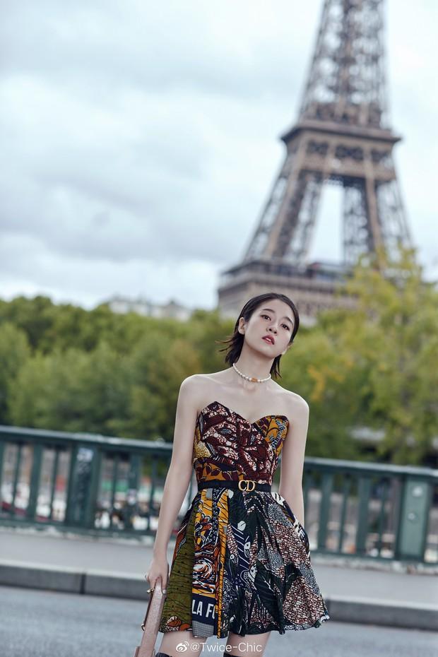 2 nàng thơ xứ Trung sang Paris dự sự kiện: Angela Baby đẹp xuất sắc, lập tức biến đồng nghiệp thành mắc áo di động - Ảnh 8.
