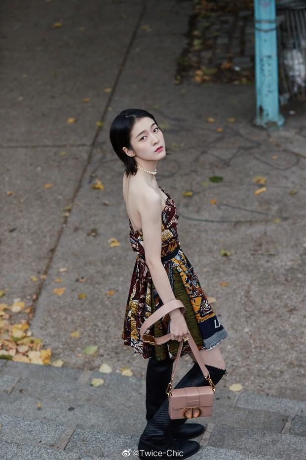 2 nàng thơ xứ Trung sang Paris dự sự kiện: Angela Baby đẹp xuất sắc, lập tức biến đồng nghiệp thành mắc áo di động - Ảnh 10.