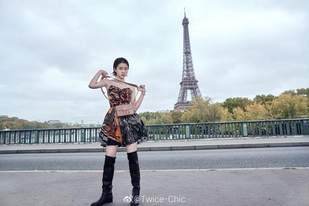 2 nàng thơ xứ Trung sang Paris dự sự kiện: Angela Baby đẹp xuất sắc, lập tức biến đồng nghiệp thành mắc áo di động - Ảnh 11.