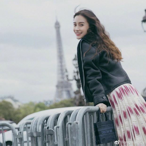 2 nàng thơ xứ Trung sang Paris dự sự kiện: Angela Baby đẹp xuất sắc, lập tức biến đồng nghiệp thành mắc áo di động - Ảnh 4.