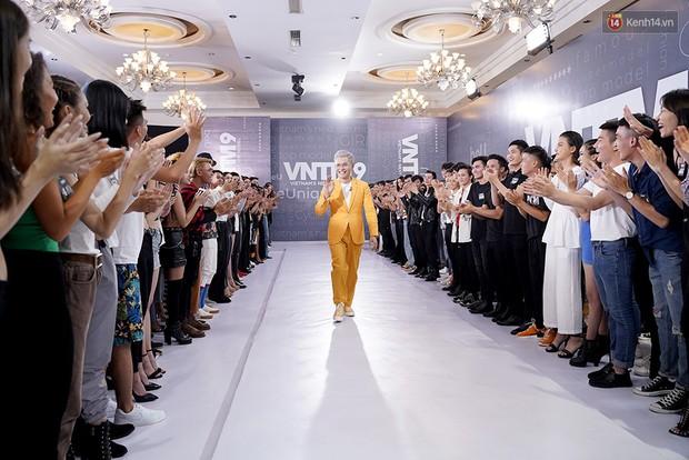 Clip: Nam Trung tái hiện màn catwalk lộn nhào đi vào lịch sử của Minh Hằng! - Ảnh 4.