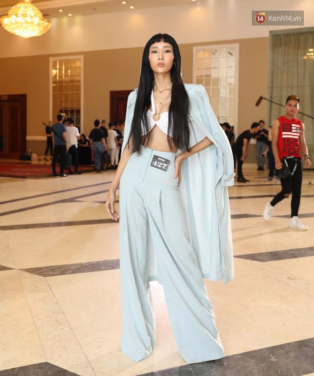 Bản sao Hoàng Thùy, thí sinh Hoa hậu Hoàn vũ... gây ấn tượng tại buổi casting Vietnams Next Top Model 2019 - Ảnh 2.
