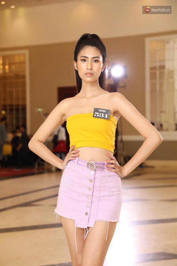Bản sao Hoàng Thùy, thí sinh Hoa hậu Hoàn vũ... gây ấn tượng tại buổi casting Vietnams Next Top Model 2019 - Ảnh 4.