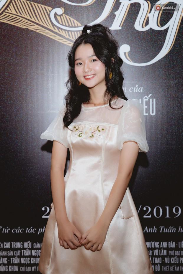 Bé Bỉnh hí hửng sánh đôi Phương Anh Đào, còn Hà Anh Tuấn vội ký tặng fan rồi mất hút giữa buổi ra mắt Truyện Ngắn - Ảnh 9.
