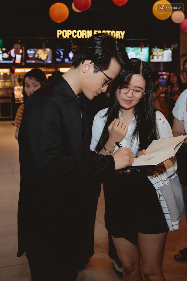 Bé Bỉnh hí hửng sánh đôi Phương Anh Đào, còn Hà Anh Tuấn vội ký tặng fan rồi mất hút giữa buổi ra mắt Truyện Ngắn - Ảnh 2.
