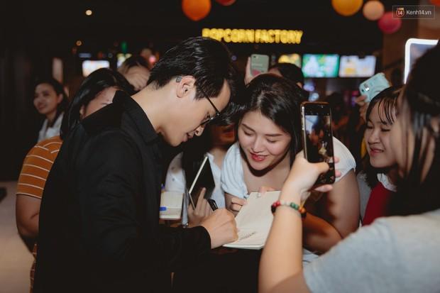 Bé Bỉnh hí hửng sánh đôi Phương Anh Đào, còn Hà Anh Tuấn vội ký tặng fan rồi mất hút giữa buổi ra mắt Truyện Ngắn - Ảnh 1.