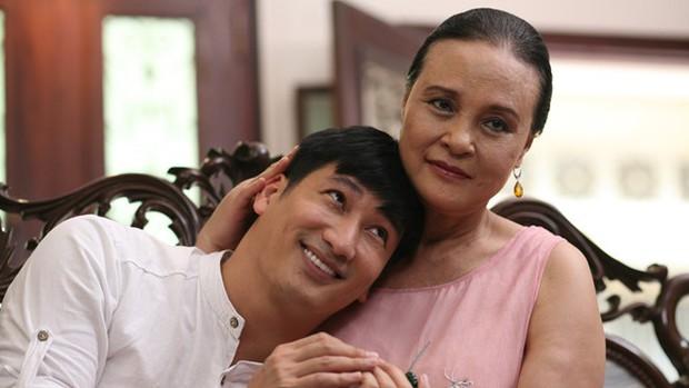 Mẹ chồng Hoàng Cúc bị ung thư, gây chú ý với bàn tay sưng vù khác lạ trong Hoa hồng trên ngực trái - Ảnh 1.