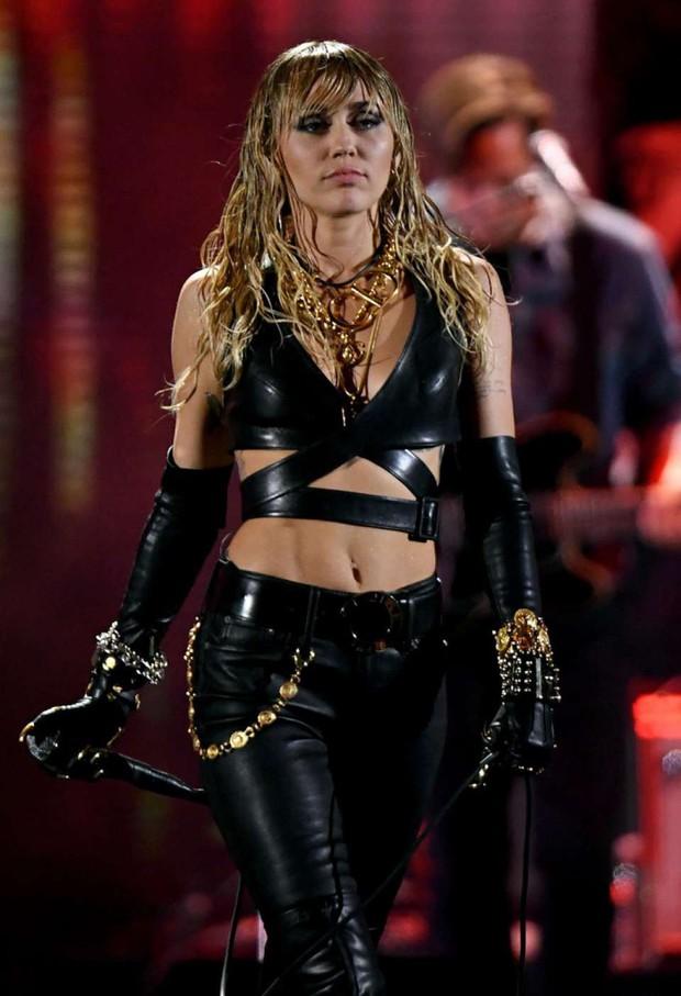 SỐC: Miley Cyrus suýt nữa bị fan cuồng sát hại khi trình diễn tại sân khấu iHeart Radio Festival - Ảnh 4.