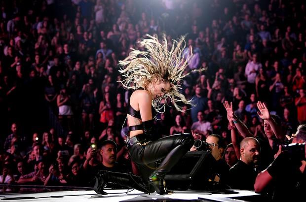 SỐC: Miley Cyrus suýt nữa bị fan cuồng sát hại khi trình diễn tại sân khấu iHeart Radio Festival - Ảnh 5.