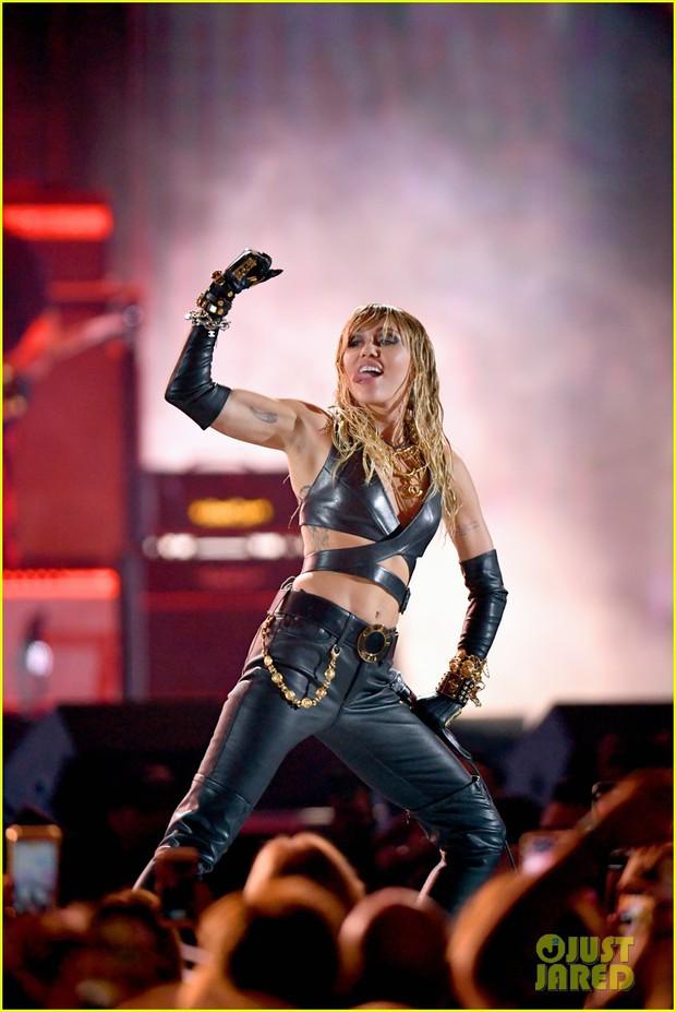 SỐC: Miley Cyrus suýt nữa bị fan cuồng sát hại khi trình diễn tại sân khấu iHeart Radio Festival - Ảnh 6.