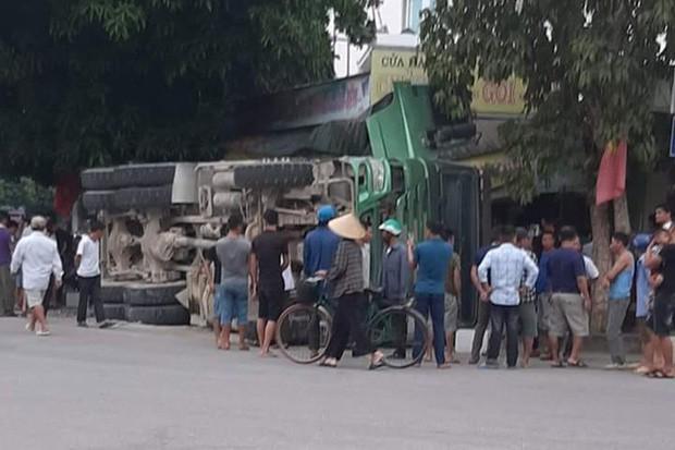 Kinh hoàng clip người phụ nữ tháo chạy, thoát chết trong gang tấc vụ xe tải chở đá lật làm sập nhà dân ở Nghệ An - Ảnh 3.