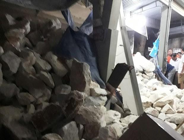 Kinh hoàng clip người phụ nữ tháo chạy, thoát chết trong gang tấc vụ xe tải chở đá lật làm sập nhà dân ở Nghệ An - Ảnh 4.