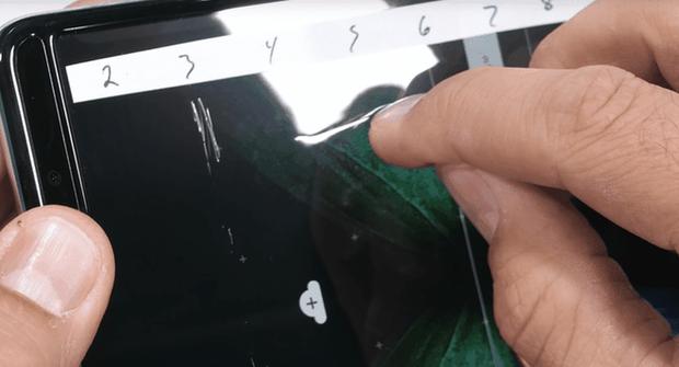 Galaxy Fold cực kỳ mong manh, dùng móng tay cào nhẹ cũng khiến màn hình bị hư hỏng - Ảnh 2.