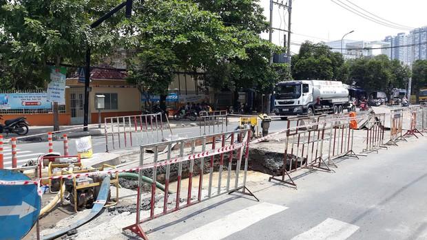 """Sau tiếng nổ lớn, hố """"tử thần"""" xuất hiện liên tiếp nuốt chửng đất đá trên đường phố Sài Gòn - Ảnh 4."""
