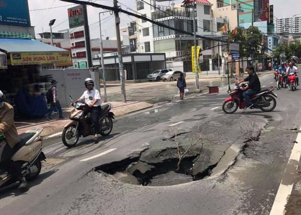 """Sau tiếng nổ lớn, hố """"tử thần"""" xuất hiện liên tiếp nuốt chửng đất đá trên đường phố Sài Gòn - Ảnh 1."""