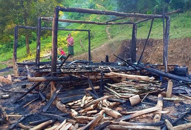 Nghệ An: Người mẹ bất chấp ngọn lửa ôm 3 con nhỏ tháo chạy khỏi căn nhà bị cháy - Ảnh 1.