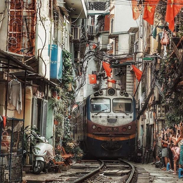 """Có gan mới dám ghé 3 con phố đường tàu nổi tiếng khắp châu Á: Xóm Phùng Hưng ở Hà Nội là """"đáng sợ"""" nhất! - Ảnh 11."""
