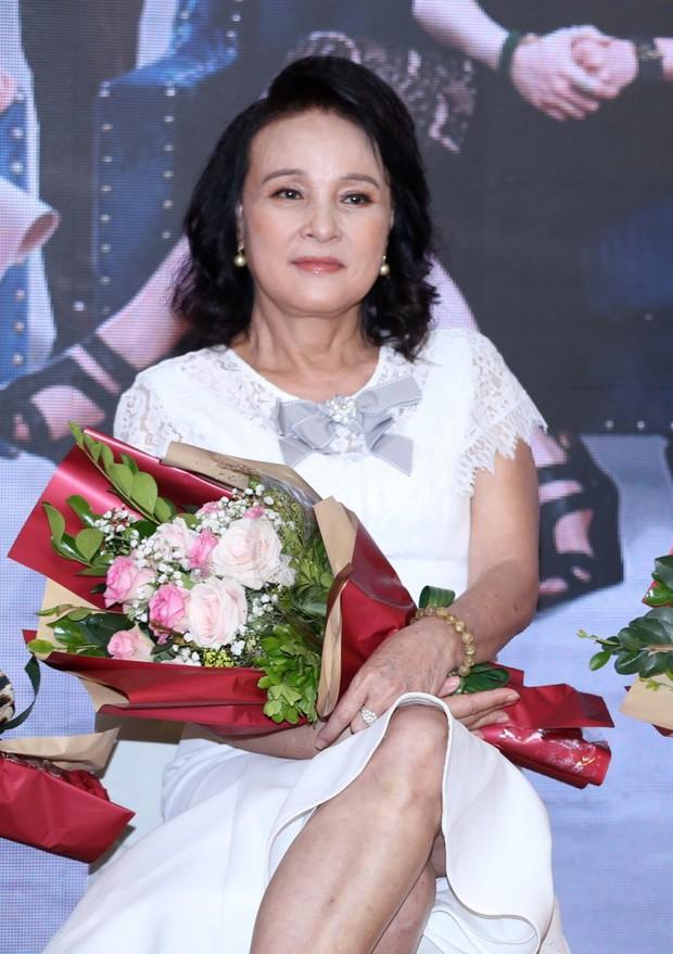 Mẹ chồng Hoàng Cúc bị ung thư, gây chú ý với bàn tay sưng vù khác lạ trong Hoa hồng trên ngực trái - Ảnh 4.