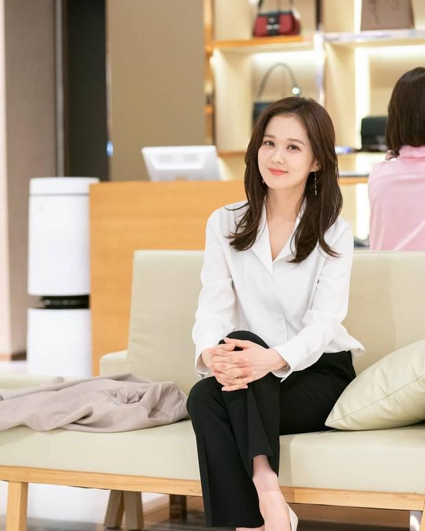 """Nhân viên Jang Nara nuốt cục tức quỳ xuống xin lỗi khách hàng dòng thẻ """"mẹ thiên hạ"""" ở phim mới VIP! - Ảnh 4."""
