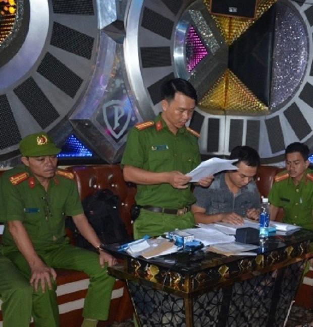 Vụ 100 cảnh sát đột kích karaoke Paradise: Chân dài và những dân chơi xăm trổ - Ảnh 2.