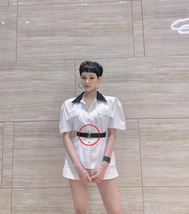 Không hiểu có phải do chăm cover quá không mà tới thắt lưng Hương Ly cũng đeo ngược y như Linh Ka, Hiền Hồ - Ảnh 4.
