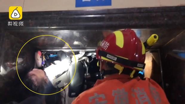 Thót tim cảnh thang máy gặp sự cố, đứa bé 19 tháng tuổi bị treo ngược cả người lẫn xe điện, may mắn được giải cứu an toàn - Ảnh 2.