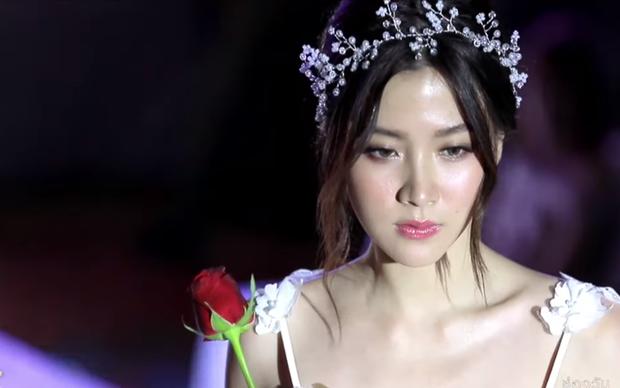 Cẩm nang catwalk của nữ thần phim Thái: Xuất thần thế này thí sinh Next Top Model cũng phải chào thua! - Ảnh 1.