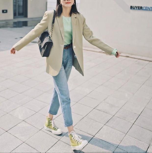 Giữa mùa Thu nắng gió khó lường, bạn nên thủ sẵn 4 mẫu áo khoác nhẹ nhàng mà chất ngất sau đây - Ảnh 12.