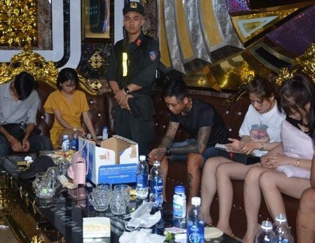 Vụ 100 cảnh sát đột kích karaoke Paradise: Chân dài và những dân chơi xăm trổ - Ảnh 5.
