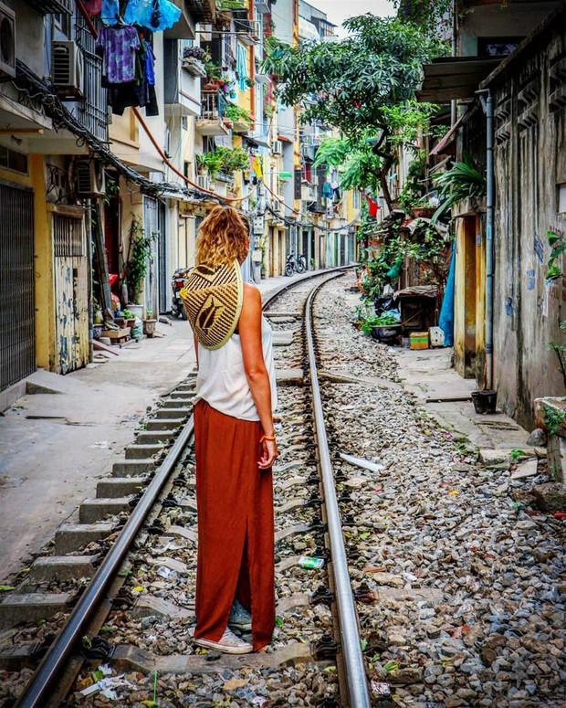 """Có gan mới dám ghé 3 con phố đường tàu nổi tiếng khắp châu Á: Xóm Phùng Hưng ở Hà Nội là """"đáng sợ"""" nhất! - Ảnh 4."""