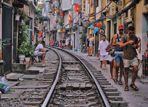 """Có gan mới dám ghé 3 con phố đường tàu nổi tiếng khắp châu Á: Xóm Phùng Hưng ở Hà Nội là """"đáng sợ"""" nhất! - Ảnh 2."""