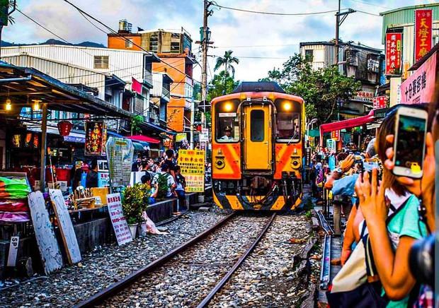 """Có gan mới dám ghé 3 con phố đường tàu nổi tiếng khắp châu Á: Xóm Phùng Hưng ở Hà Nội là """"đáng sợ"""" nhất! - Ảnh 25."""