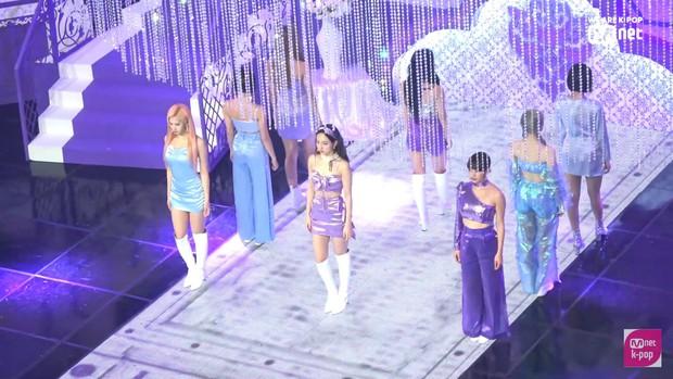 Sân khấu come back đẹp lung linh của TWICE cũng không gây bất ngờ bằng màn phát nước detox mừng chiến thắng của SEVENTEEN! - Ảnh 4.