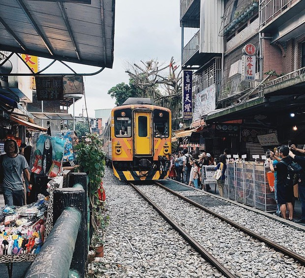 """Có gan mới dám ghé 3 con phố đường tàu nổi tiếng khắp châu Á: Xóm Phùng Hưng ở Hà Nội là """"đáng sợ"""" nhất! - Ảnh 27."""