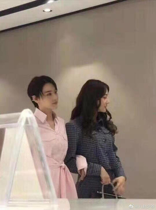 Cùng đóng phim mới: Dương Tử ăn mặc già nua như bà cô bị Nhiệt Ba chặt đẹp với style sang chảnh hút mắt - Ảnh 2.