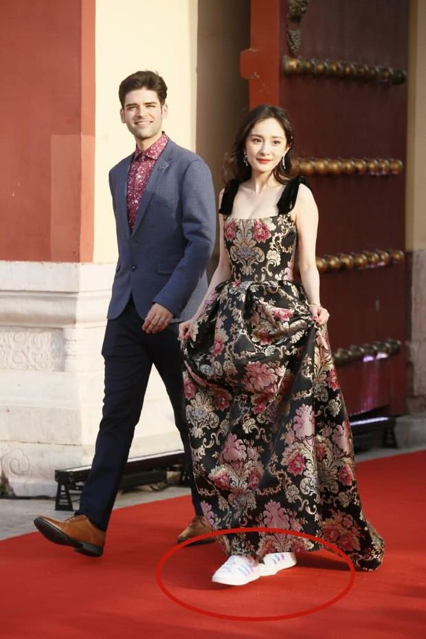 Dễ thương như Dương Mịch: Cứ mặc đầm dài thướt tha là tranh thủ đi giày sneaker cho dễ chạy nhảy - Ảnh 4.