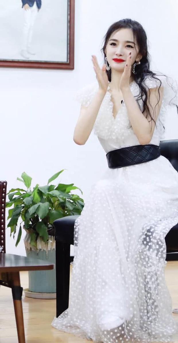 Dễ thương như Dương Mịch: Cứ mặc đầm dài thướt tha là tranh thủ đi giày sneaker cho dễ chạy nhảy - Ảnh 2.