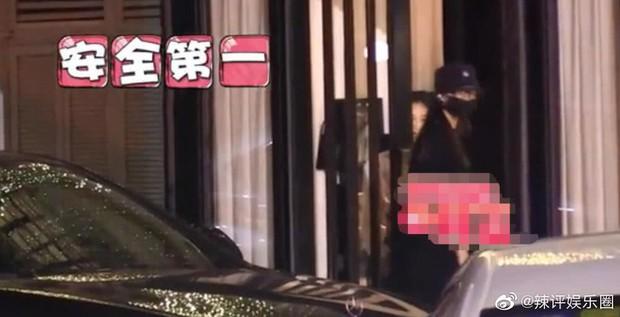 Nhìn La Tấn không cho Đường Yên tự mở cửa xe, cưng bà xã như trứng mỏng mới thấy đây là couple ngọt nhất Cbiz hiện tại - Ảnh 3.