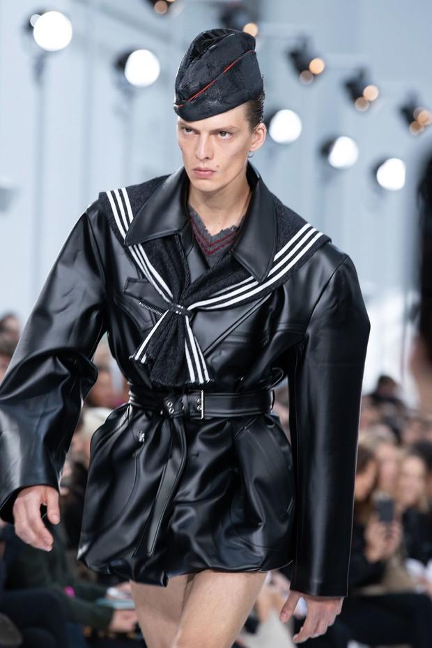 Mẫu nam với màn catwalk oằn tà là vằn gây sốt Paris Fashion Week khiến Rihanna cũng phải ấn tượng, bấm follow trên Instagram - Ảnh 3.