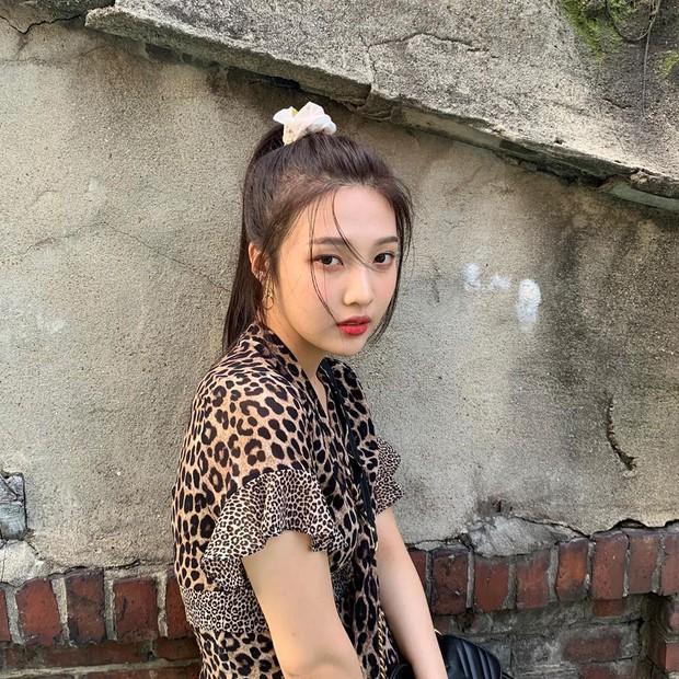 Ngọc Trinh, Thiều Bảo Trâm nhiệt tình đu đưa mốt chun buộc tóc vải như sao Hàn, nhưng chỉ đeo ở cổ tay cho vui thôi à! - Ảnh 10.