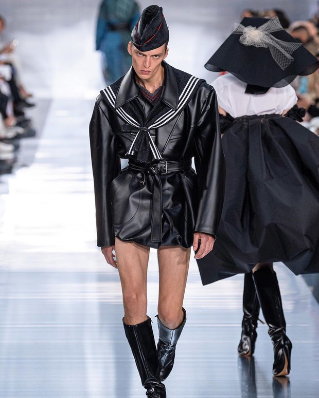 Mẫu nam với màn catwalk oằn tà là vằn gây sốt Paris Fashion Week khiến Rihanna cũng phải ấn tượng, bấm follow trên Instagram - Ảnh 2.
