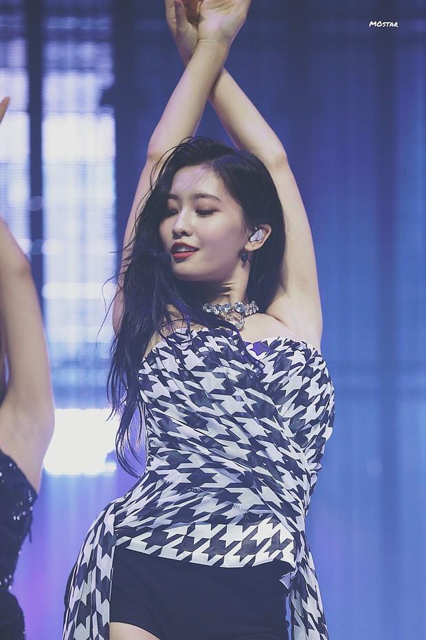Chị em nhà nòi như Momo (TWICE): Em là main dancer nhảy giỏi đã đành, chị cũng không kém phần long trọng - Ảnh 1.