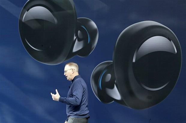 Sếp Amazon quảng cáo tai nghe của riêng mình nhưng sao vẫn đeo AirPods thế này? - Ảnh 1.