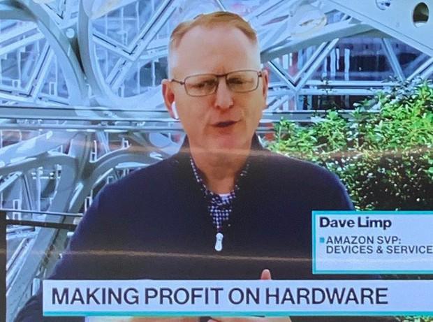 Sếp Amazon quảng cáo tai nghe của riêng mình nhưng sao vẫn đeo AirPods thế này? - Ảnh 2.