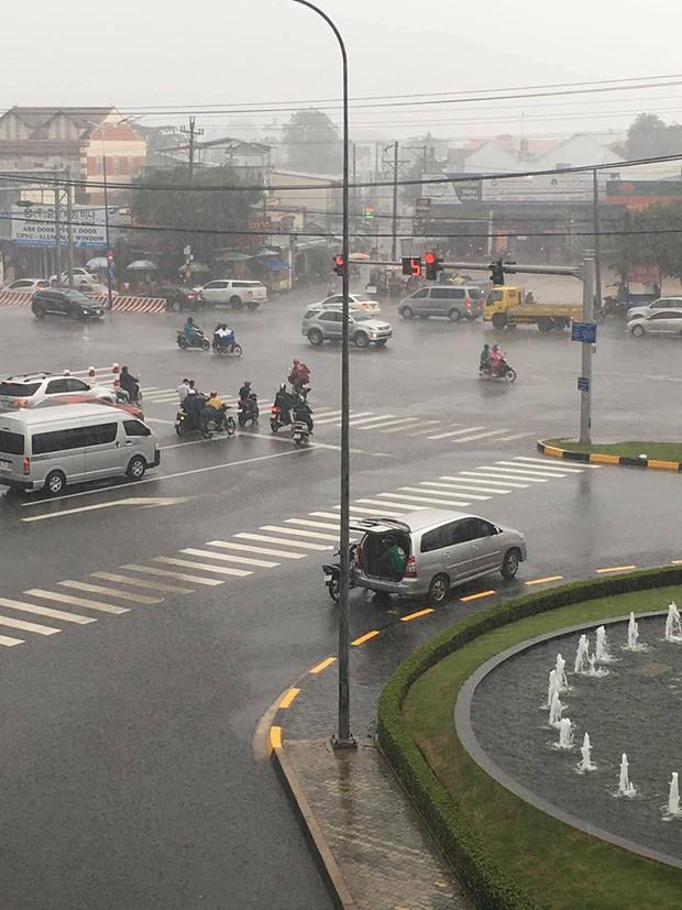 Chiếc ô tô dừng bên góc đường mở cửa cho tài xế xe ôm ngồi trú mưa, hình ảnh đẹp dưới cơn mưa lạnh khiến bao người ấm lòng - Ảnh 2.
