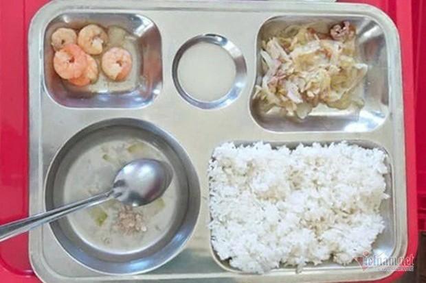 Lùm xùm suất cơm tiểu học 27.000 đồng hẻo thức ăn - Ảnh 1.